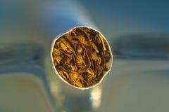 Instruction-macro de cigarette dans le cendrier en verre Photos stock