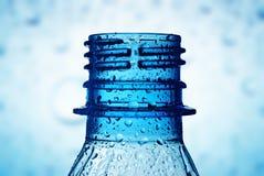 Instruction-macro de cou de bouteille avec des baisses de l'eau Photographie stock libre de droits