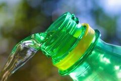 Instruction-macro de l'eau découlant de la bouteille Image stock