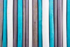 Instruction-macro des bâtons d'encens d'arome au-dessus de blanc Bâtons en bois Photo stock
