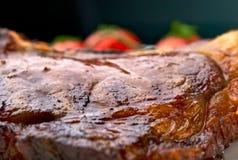Instruction-macro des nervures grillées de viande de la plaque blanche Photographie stock