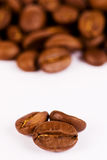 Instruction-macro-fermez-vers le haut de trois grains de café Image libre de droits