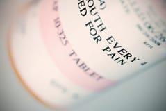 Instruction-macro peu profond d'orientation de bouteille de médicament Photo libre de droits