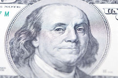 Instruction-macro proche vers le haut du visage de Ben Franklin sur le billet d'un dollar des USA $100 Photo stock