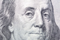 Instruction-macro proche vers le haut du visage de Ben Franklin sur le billet d'un dollar des USA $100 Images libres de droits