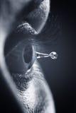 Instruction-macro sur l'oeil avec la gouttelette d'eau de larmes Photographie stock libre de droits