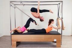Instructor aerobio de Pilates al grupo de tres personas imagen de archivo libre de regalías