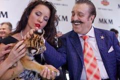 Instructor animal Karina Bagdasarova con el cachorro de tigre Imagen de archivo