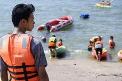 Instructor asiático joven de la canoa Imágenes de archivo libres de regalías