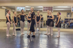 Instructor Dance Studio de la risa del ballet de las muchachas Fotos de archivo