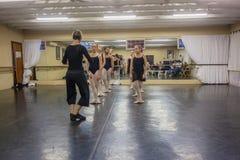 Instructor Dance Studio del ballet de las muchachas Imagen de archivo libre de regalías
