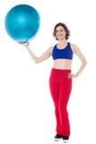 Instructor de gimnasio de la señora que sostiene la bola de los pilates imágenes de archivo libres de regalías
