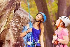 Instructor de la escalada con el adolescente que mira para arriba Foto de archivo