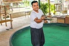 Instructor de la serpiente con la cobra real Imagen de archivo libre de regalías