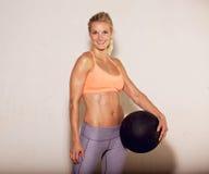 Instructor de Pilates con la bola de la aptitud Fotografía de archivo libre de regalías