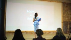 Instructor del negocio que da la presentación a la gente de la audiencia almacen de video