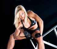 Instructor encantador de la aptitud con pesas de gimnasia Foto de archivo