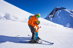 Instructor give ski lesson to little boy Royalty Free Stock Photos