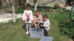 Instructor joven con sus niños y un pequeño pitón en Bulgaria