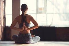 Instructor joven en una clase de la yoga Foto de archivo