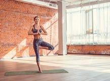 Instructor joven en una clase de la yoga Imagen de archivo libre de regalías