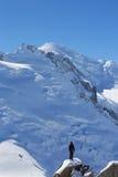Instructor no identificado de los escaladores en la estación del top de la montaña de Aiguille du Midi en las montañas francesas Fotos de archivo