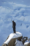 Instructor no identificado de los escaladores en la estación del top de la montaña de Aiguille du Midi en las montañas francesas Foto de archivo libre de regalías