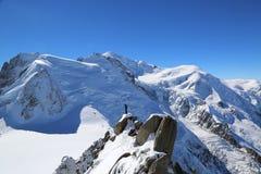 Instructor no identificado de los escaladores en la estación del top de la montaña de Aiguille du Midi en las montañas francesas Imagen de archivo libre de regalías