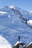 Instructor no identificado de los escaladores en la estación del top de la montaña de Aiguille du Midi en las montañas francesas Imagen de archivo