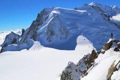 Instructor no identificado de los escaladores en la estación del top de la montaña de Aiguille du Midi en las montañas francesas Imagenes de archivo