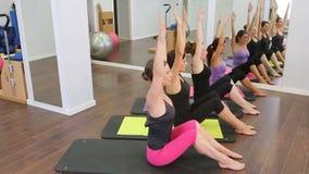 Instructor personal aerobio de Pilates en una clase del grupo del gimnasio almacen de metraje de vídeo