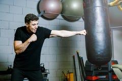 Instructor personal del boxeo trenes del individuo con la pera del boxeo Imagen de archivo