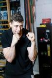 Instructor personal del boxeo trenes del individuo con la pera del boxeo Imágenes de archivo libres de regalías