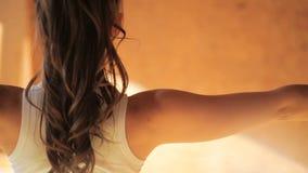 Instructor personal que hace los asanas que permanecen en estera en cierre del estudio de las yogas para arriba metrajes