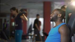 Instructor personal y cliente que sacuden las manos después del entrenamiento activo en gimnasio, aptitud almacen de metraje de vídeo
