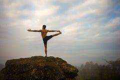 Instructor profesional de la yoga Imágenes de archivo libres de regalías