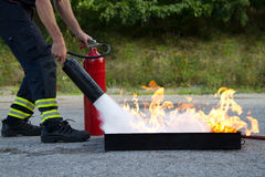 Instructor que muestra el extintor