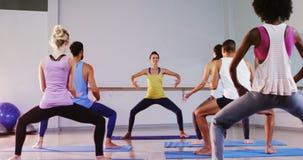 Instructor que toma la clase de la yoga almacen de video