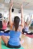 Instructor que toma la clase de la yoga en la gimnasia Foto de archivo