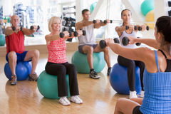 Instructor que toma la clase del ejercicio en la gimnasia imagenes de archivo