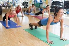 Instructor que toma la clase del ejercicio en la gimnasia imágenes de archivo libres de regalías