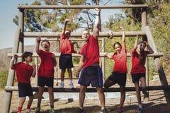 Instructor y niños que se unen en el campo de bota Foto de archivo