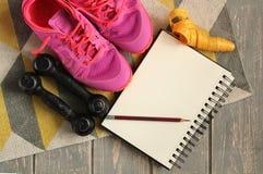 Instructores, pesas de gimnasia, cinta, estera en piso Fotos de archivo libres de regalías