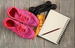 Instructores, pesas de gimnasia, cinta, estera en piso Imágenes de archivo libres de regalías