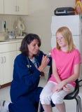 Instruisez l'infirmière donnant un projectile Photographie stock
