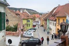 Instruisez la rue dans le château de la vieille ville Vue du balcon de la La Scara de café sur l'échelle Ville de Sighisoara en R Photo stock