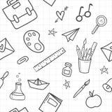 Instruisez le modèle sans couture avec les fournitures scolaires tirées par la main sur le fond blanc Illustration de vecteur illustration stock