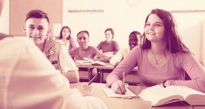Instruisez les élèves à la leçon dans l'école Image stock