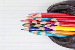 Instruisez les crayons pour dessiner dans un cas à économiser. Image libre de droits
