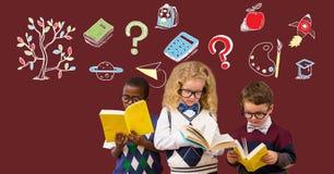 Instruisez les enfants lisant et le dessin d'éducation sur le tableau noir pour l'école avec l'arbre photographie stock libre de droits